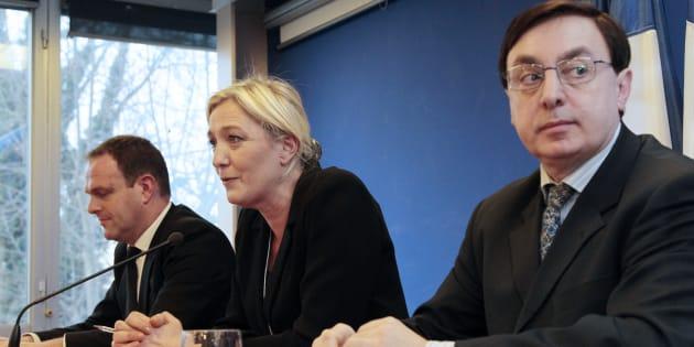 Marine Le Pen entourée de Steeve Briois et Jean-Franïçois Jalkh en janvier 2011.