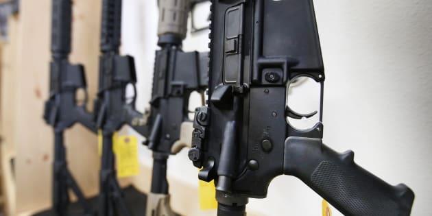 Des fusils semi-automatiques AR-15 dans une armurerie américaine, en juin 2016.
