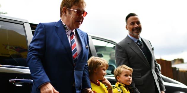 Elton John se confie sur sa paternité et ses deux petits garçons qu'il élève avec son mari David Furnish.