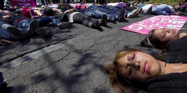 Un grupo de mujeres mexicanas participa en una 'performance' como víctimas de violencia machista.