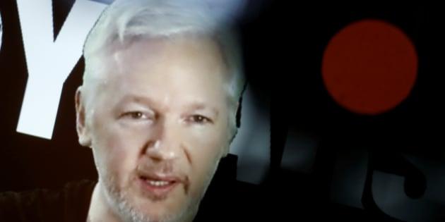 """Julian Assange, fondateur de WikiLeaks, se dit prêt à tenir sa promesse et à se rendre aux États-Unis à condition que """"ses droits soient garantis""""."""