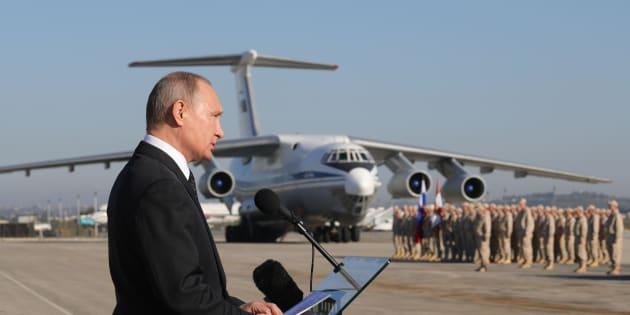 Vladimir Putin in visita alla base aerea di Hmeimim, nel nord est della Siria (11 dicembre 2017)