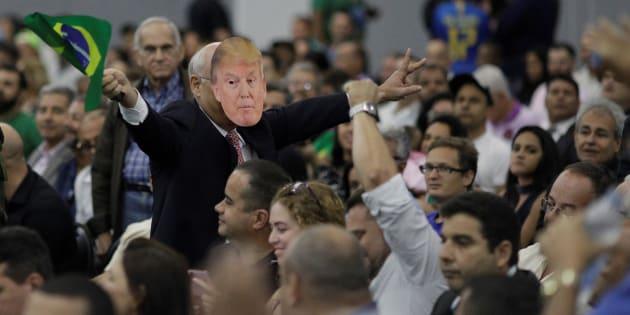 Un seguidor de Bolsonaro con una máscara de Donald Trump.