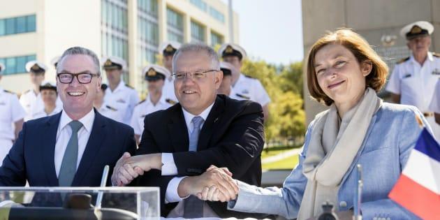 Florence Parly a signé à Canberra le contrat portant sur la livraison de 12 sous-marins à l'Australie, représentée par le ministre australien de la Défense Christopher Pyne et le premier ministre Scott Morrison.