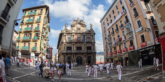 La Plaza Consistorial de Pamplona, momentos previos al tradicional lanzamiento del Chupinazo que inaugura los San Fermines.