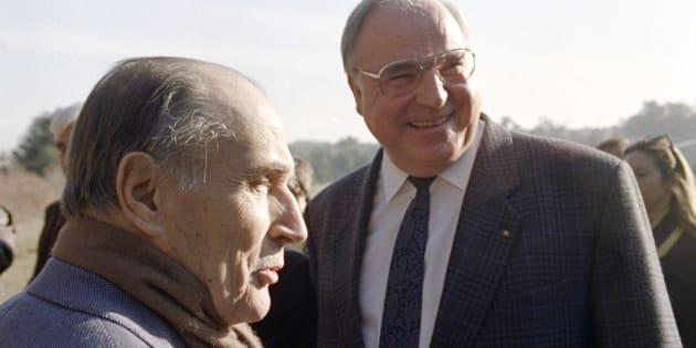 Le Président François Mitterrand accueille le chancelier allemand Helmut Kohl dans sa maison de Latche, le 4 janvier 1990, pour une rencontre officielle.