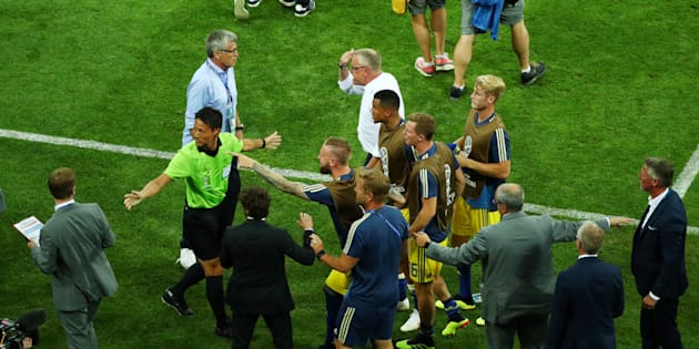 Les joueurs suédois et leur sélectionneur Janne Andersson en colère à la fin d'Allemagne-Suède à Sotchi le 23 juin 2018.