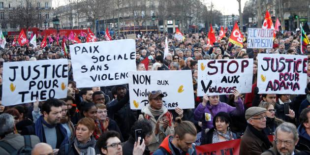 Des manifestant s'opposent aux violences policières quelques jours après l'affaire Théo, le 18 février 2017.