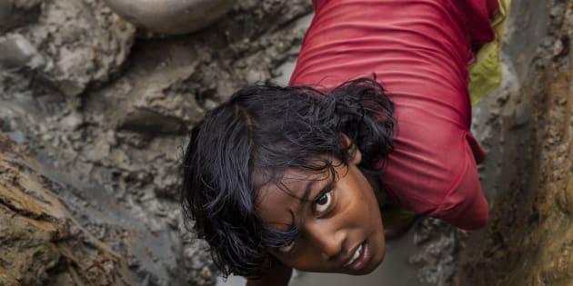 I rifugiati Rohingya raccolgono acqua sporca nei pressi dei campi profughi. L'acqua non trattata può portare epidemie come il colera e la diarrea, che si diffondono velocemente nei campi sovraffollati.