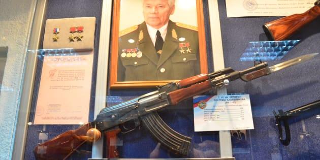 カラシニコフ氏の写真とAK-47