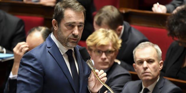 Christophe Castaner pointe, sur Europe 1, la schizophrénie des Français qui ont applaudi les policiers jeudi à Strasbourg et pourraient les caillasser samedi dans les manifestations.