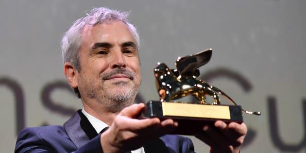 El director Alfonso Cuarón agradece el León de Oro de la 75ª edición del Festival de Venecia.