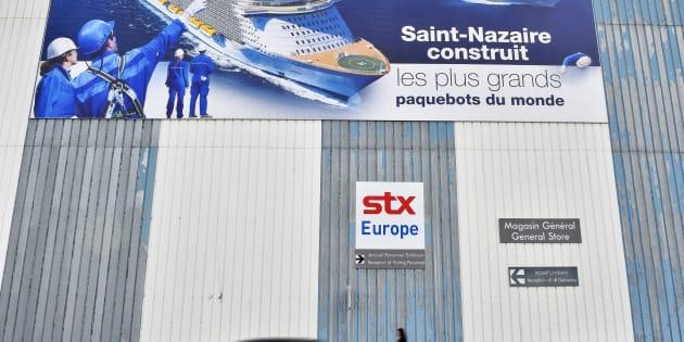 Devant un bâtiment de la société STX à Saint-Nazaire, le 6 décembre 2016.