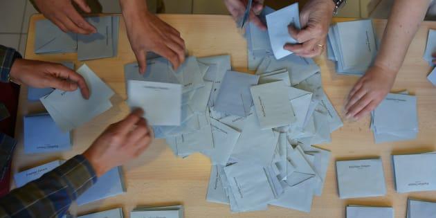 Dépouillement du scrutin du 26 juin 2016 à Saint-Herblain (44) / AFP PHOTO / LOIC VENANCE