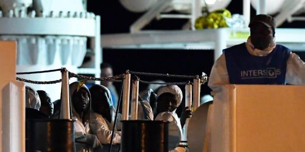 Un navire des garde-côtes italiens accoste en Sicilen avec plus de 500 migrants
