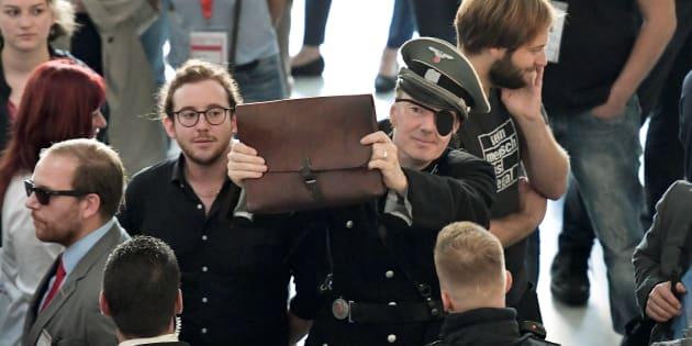Le double-sens du déguisement nazi de cet eurodéputé allemand.