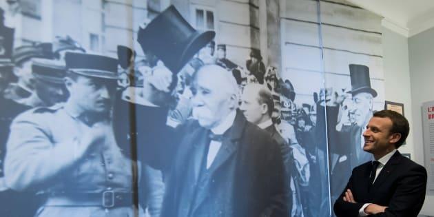 """Emmanuel Macron admirant une projection murale de Georges Clemenceau lors de sa vicite ce 11 novembre du musée consacré au """"Père la victoire""""."""