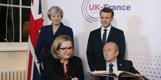 """Macron et May signent un nouveau traité pour """"renforcer"""" le contrôle de l'immigration à leur frontière"""