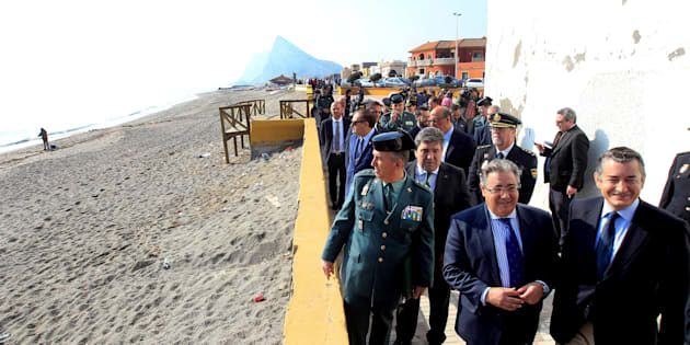 El ministro del Interior, Juan Ignacio Zoido, acompañado por el delegado el Gobierno en Andalucía, Antonio Sanz, paseando con mandos policiales por la barriada de la Atunara, de La Línea.