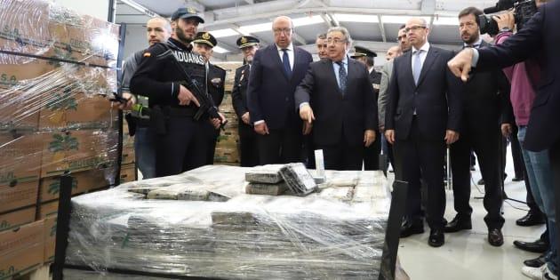 El ministro del Interior, Juan Ignacio Zoido, ante el alijo de casi nueve toneladas de cocaína incautadas la pasada semana en el puerto de Algeciras.