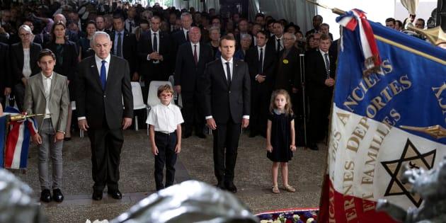 Le Premier ministre israélien Benjamin Netanyahou et le Président Emmanuel Macron commémorent le 75ème anniversaire de la rafle du Vel d'Hiv devant le mémorial à Paris, le 16 juillet 2017.