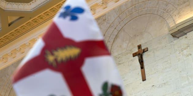 À l'hôtel de ville de Montréal, l'emblème que représente l'auguste croix du Christ, symbole éloquent du christianisme, prend le chemin des collections muséales avec l'honneur et le respect qui lui reviennent.