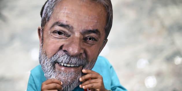 Un niño, con una careta de Lula da Silva, en la localidad brasileña de Contagem, el pasado junio.