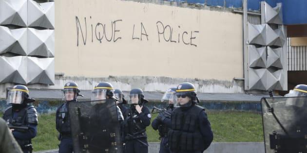 Des policiers devant un tag à Aulnay-sous-bois. AFP PHOTO / FRANCOIS GUILLOT