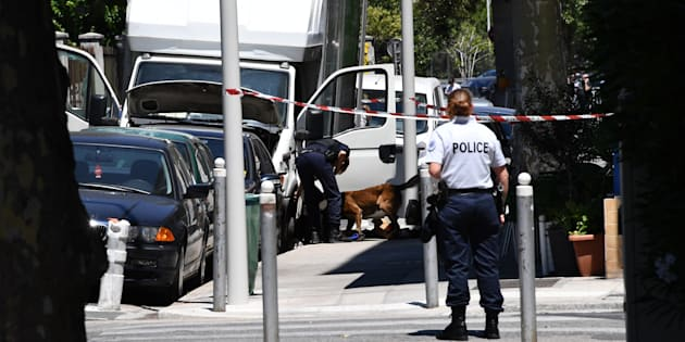 Des policiers fouillent un camion à Nice, le 15 juillet 2016, près de l'immeuble de Mohamed Lahouaiej Bouhlel.
