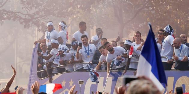 L'équipe de France victorieuse paradant sur les Champs-Élysées.