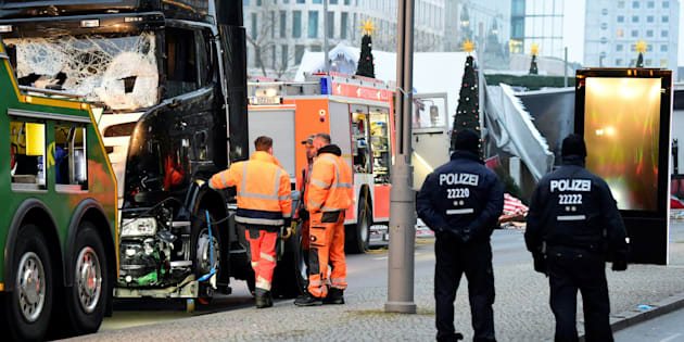 Assaut de la police dans un centre pour réfugiés où le suspect aurait vécu à l'ancien aéroport de Tempelhof de Berlin