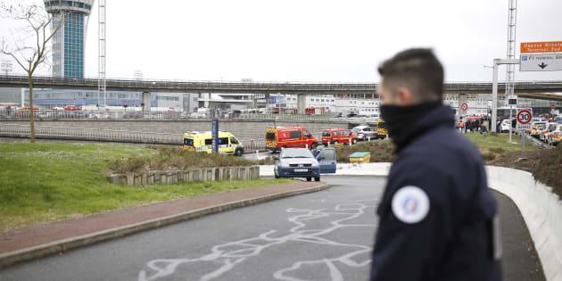 Des policiers sécurisent les alentours de l'aéroport d'Orly le 18 mars, après qu'un homme a été abattu après l'agression de militaires.