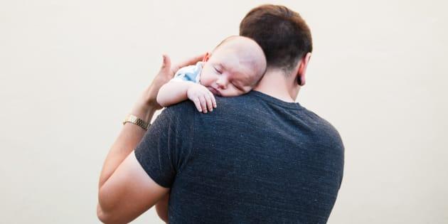 Les Français plébiscitent le congé paternité, selon un sondage YouGov pour Le HuffPost.