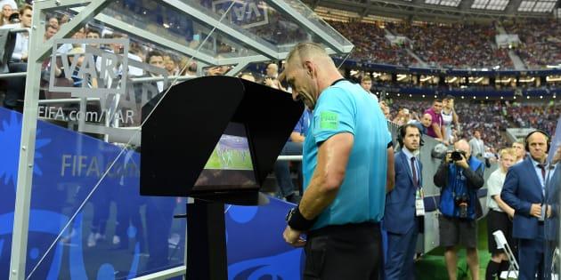 L'arbitre argentin Nestor Pitana utilisant la VAR lors de la finale de la Coupe du monde France-Croatie à Moscou le 15 juillet 2018.