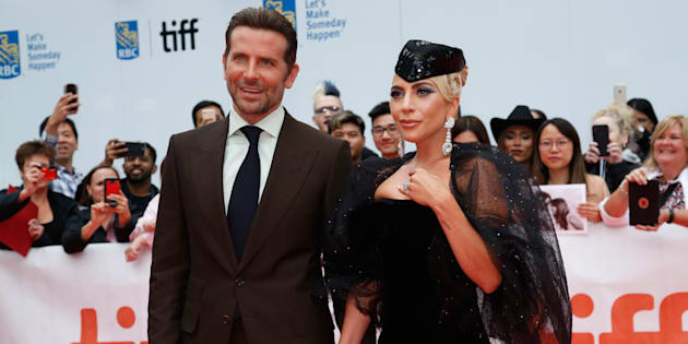 Bradley Cooper pose ave Lady Gaga à la premiere de A Star is Born à Toronto.