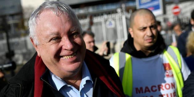 Gérrard Filoche à Paris le 18 novembre auprès des employés de Megabus. AFP PHOTO / Lionel BONAVENTURE