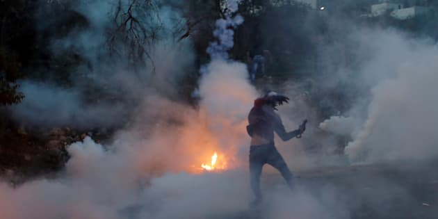 L'armée israélienne affirme que des milliers de Palestiniens ont participé à des «émeutes violentes» le long de la frontière de Gaza et en Cisjordanie.