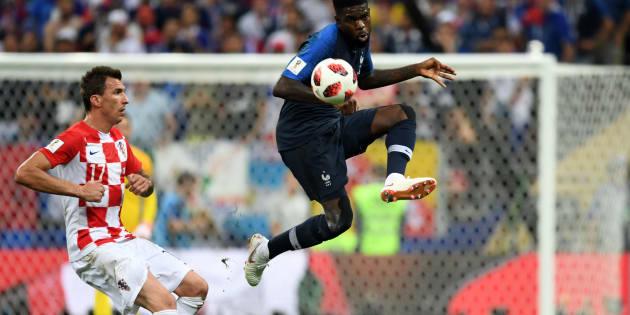 Samuel Umtiti et Mario Mandzukic lors de la finale France-Croatie de la Coupe du Monde de football, le 15 juillet 2018 à Moscou, en Russie.