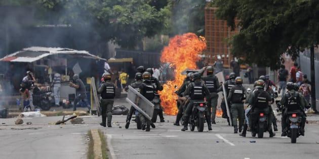 Miembros de la Guardia Nacional Bolivariana se enfrentan a un grupo de manifestantes opositores en las inmediaciones de la televisión estatal, en Caracas.
