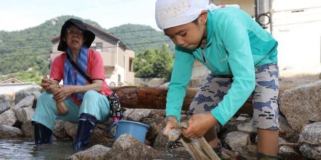 (写真はイメージ)西日本豪雨/断水で水道が使えず、川で汚れた雑巾を洗う子供=広島県坂町小屋浦 撮影日:2018年07月13日