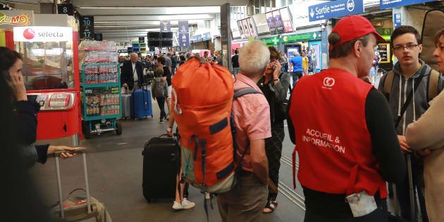 Des voyageurs parlent avec un employé de la SNCF en gare de Montparnasse, le 30 juillet.