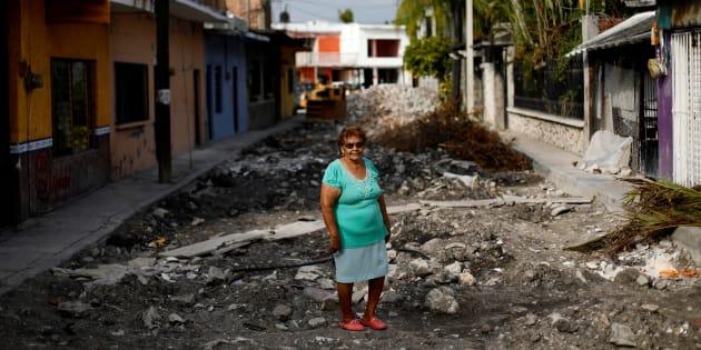 María Isabel Alvarado, 75, ama de casa, posa para un retrato en una calle frente a su casa después de un terremoto en Jojutla de Juárez, México, 29 de septiembre de 2017.