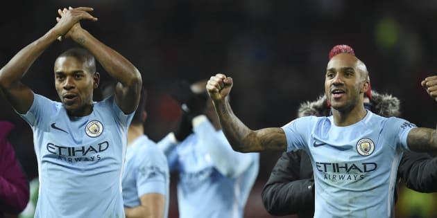 Manchester City champion d'Angleterre, pendant que son entraîneur Guardiola joue au golf