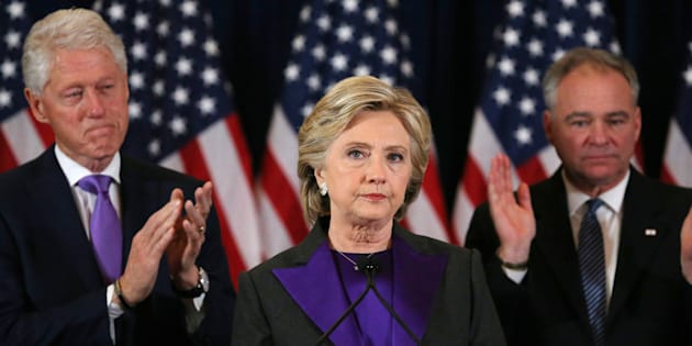 Hillary Clinton, accompagnée de son mari Bill Clinton et du sénateur Tim Kaine, s'adresse à ses supporters et à son équipe de campagne après le résultat de l'élection présidentielle américaine, à New York, le 9 novembre 2016.