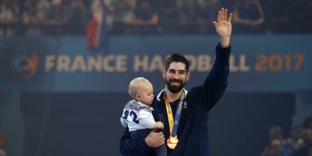 Nikola Karabatic et son fils Alek après la victoire des Bleus en finale du Mondial de handball le 29 janvier 2017.
