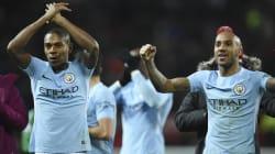 Manchester City champion d'Angleterre, pendant que son entraîneur Guardiola joue au