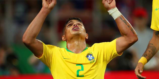 Thiago Silva aponta para o céu e comemora: Camisa 2 marcou o gol que selou a classificação do Brasil.