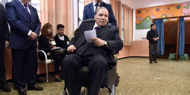 Abdelaziz Bouteflika dans un bureau de vote d'Alger pour des élections locales le 23 novembre 2017.
