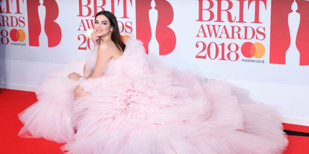 Dua Lipa a pris toute la place sur le tapis rouge des Brit Awards