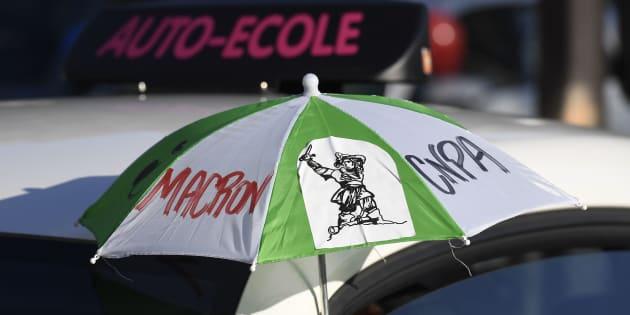 Une manifestation d'auto-écoles visant notamment le candidat Emmanuel Macron, en avril 2017 à Paris.
